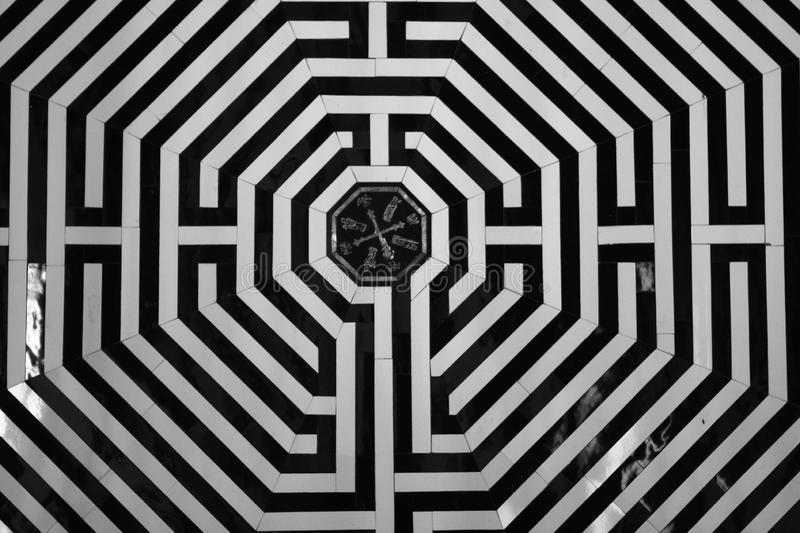 il-labirinto-camminando-o-inginocchiarsi-lungo-questo-era-un-alternativa-andare-su-pellegrinaggio-gerusalemme-santiago-de-152333668